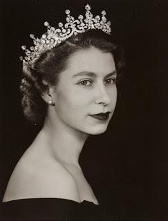 Il primo ritratto ufficiale della regina Elisabetta II