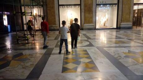 VIDEO. Galleria Umberto nell'inciviltà: scooter parcheggiati e tiro a segno sulle vetrine