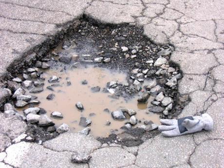 buca nell'asfalto nella zona di Chiaia posticipa l'avvio della ztl