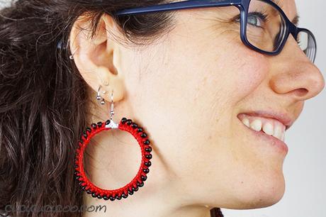 Quanto sono sfiziosi questi accessori unici?! Impara come fare orecchini all'uncinetto con perline. Istruzioni semplici anche per principianti! Ottimi da regalare a tutte le amiche! #orecchinialluncinetto #orecchinifaidate