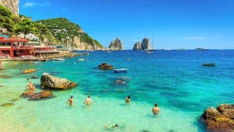 Anche Capri diventa plastic free. Il Comune adotta il divieto e impone il biodegradabile