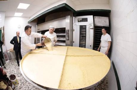Napoli da record. Realizzata la pastiera più grande del mondo: pesa più di 300 chili