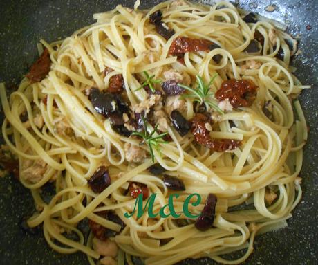 Pasta con Pomodori Secchi, Capperi, Olive e Tonno
