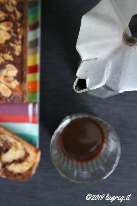 Plumcake variegato al cacao e mandorle
