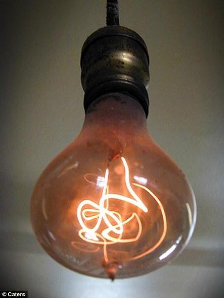 prima lampadina : LA LAMPADINA PIU VECCHIA DEL MONDO... E ACCESA DAL 1901 !!!