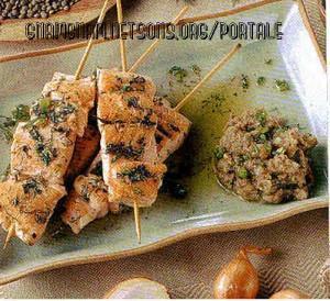 Spiedini di salmone con salsa alle lenticchie