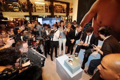 David Gandy firma autografi a Milano: La Rinascente fa il pienone di gente (foto e video)