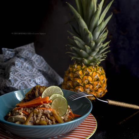 Farro in insalata con pollo, ananas grigliato, lime e carote