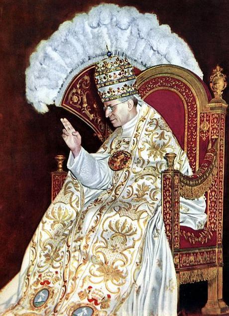 https://upload.wikimedia.org/wikipedia/commons/thumb/e/ec/Papst_Pius_XII.%2C_Kr%C3%B6nung_1939JS.jpg/465px-Papst_Pius_XII.%2C_Kr%C3%B6nung_1939JS.jpg