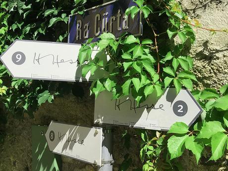 Lungo tutto il paese sono collocati i cartelli che indicano i luoghi di Hesse