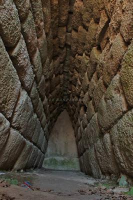Archeologia. Tomba di Giganti Madau a Fonni. Una particolarità archeologica che scatena la curiosità: c'è un guerriero simile  ai giganti di Mont'e Prama impresso sullo sfondo o è un effetto ottico?  Articolo di Pierluigi Montalbano