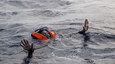 Risultati immagini per migranti in mare immagini