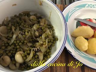 Seppioline speziate con patate, piselli e cipolle