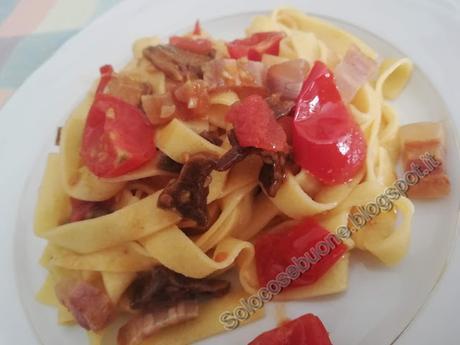 Tagliatelle  con funghi pancetta e pomodorini