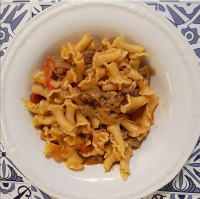 Primi: Pasta con sugo di pomodorini, cipolle e salsiccia
