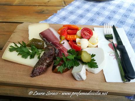 un piatto tipico di salumi e formaggi per le Vacanza in Sud-Tirolo