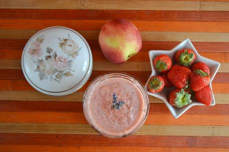 Bicchierini alla frutta con fiori di lavanda