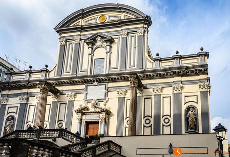Facciata della chiesa di San Paolo Maggiore, Napoli, Italia