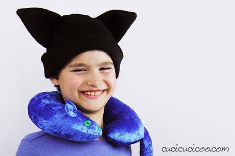 Se adori i gatti, scarica subito il cartamodello gratis per cucire un cuscino cervicale a forma di gatto, con orecchie, coda, occhi, naso e baffi ricamati! Perfetto per viaggiare con tutta la famiglia! #cuscinogatto #cuscinofaidate #cucitocreativo