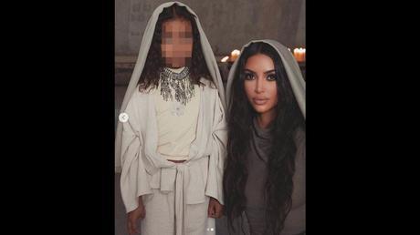 Kim Kardashian battezza i figli in Armenia (senza il marito): guarda che look!