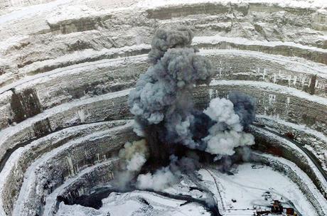 Uno dei più grandi buchi creati dall'uomo: la miniera di Mirny