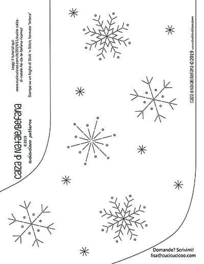 Cartamodello e schema gratuiti per cucire una calza di Natale (o della Befana) da un maglione di lana, e ricamarci sopra dei fiocchi di neve. www.cucicucicoo.com