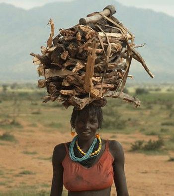 File:Ragazza camerunense con catasta di legna sulla testa.jpg