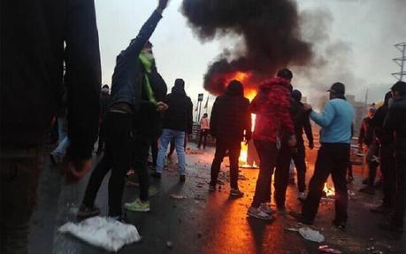 VIDEO. Iran, Centinaia di morti per proteste ma lo Stato blocca internet