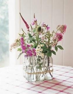 Vaso ricavato da bottiglie di vetro unite insieme a cubetto