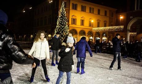 Pista di pattinaggio in piazza Roma a Modena