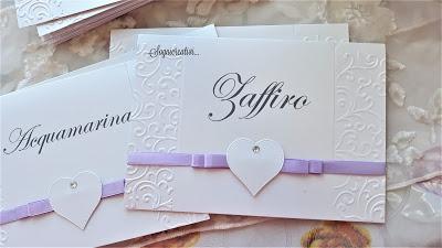 Segnatavolo matrimonio con cuori in lilla e bianco