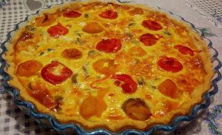 Torta salata di pasta brisé con peperoni, funghetti e taleggio