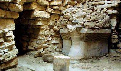 Archeologia della Sardegna. L'altare del nuraghe Su Mulinu di Villanovafranca e il mistero della corona piumata.  Articolo di Gustavo Bernardino