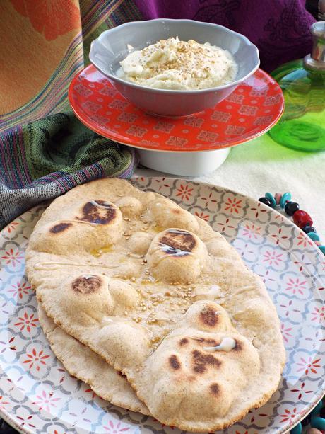 Pane Naan senza lievito con hummus di cavolfiore