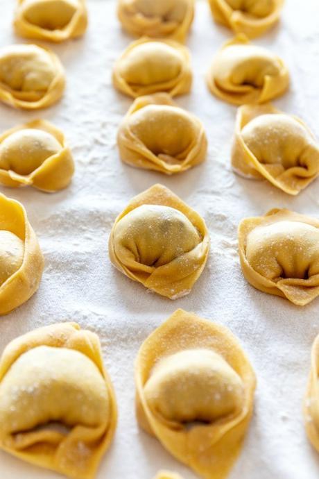 Tortelloni di carciofi su crema di patate e prosciutto croccante: isolamento.