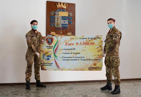 """Trapani/ I Bersaglieri della Brigata """"Aosta"""". Consegna di un assegno di solidarietà al Comune di Trapani"""