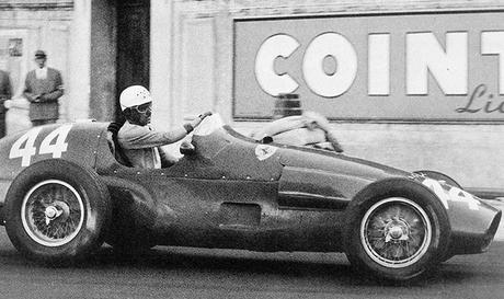 La Ferrari di Maurice Trintignant, batte la concorrenza e si aggiudica il GP di Monaco 1955