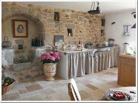 Una bella casa in pietra nella campagna francese paperblog - Tendine per cucine in muratura ...