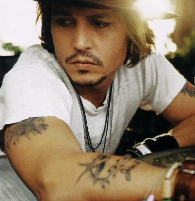http://www.cinebaleno.it/wp-content/uploads/2010/07/johnny_depp_tatuaggi_2.jpg