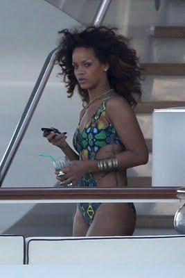 Rihanna is STILL wearing Bikinis !!!
