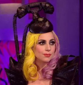 Lady Gaga apprendista dell' hatmaking