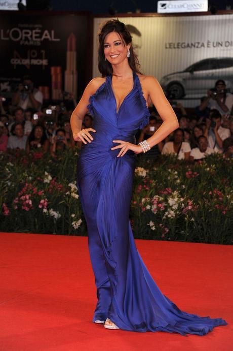 the best attitude 269c6 8be3a Manuela Arcuri sul red carpet di Venezia con un abito di ...