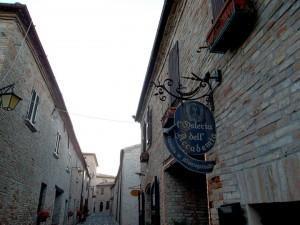 Montegridolfo, Montebello, Mondaino, San Leo: Percorsi Alternativi di Romagna