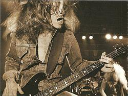 http://upload.wikimedia.org/wikipedia/commons/thumb/2/2c/Cliff_Burton_Nomer_1.jpg/250px-Cliff_Burton_Nomer_1.jpg