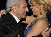 "Shakira riceve premio ""Person Year"" commuove davanti padre"