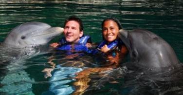 Messico messi gioca coi delfini e con la ragazza ma prende chili video paperblog - Bagno coi delfini roma ...