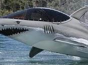 Motoscafo-squalo compie salti evoluzioni
