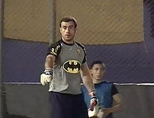 PARAGUAY, PORTIERE IN CAMPO VESTITO DA BATMAN (VIDEO)