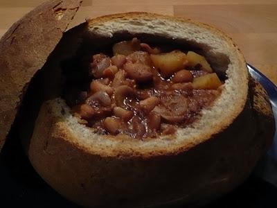 Zuppa di fagioli e radicchio in crosta di pane.