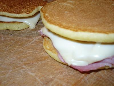 Pancake sottiletta e prosciuttino cotto. La merenda delle piccole gioie.